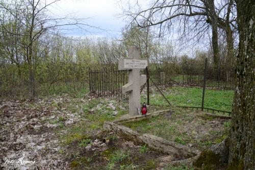 Upałty Małe - Zbiorowa mogiła żołnierzy armii rosyjskiej, jest miejscem spoczynku 3 żołnierzy armii rosyjskiej poległych w Iwś 1914-15r