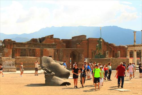 Włochy, Pompeje, Forum, Igor Mitoraj - rzeźby. Forum, to pokaźny plac ( 38 x 157 m), serce miasta gdzie koncentrowało się życie gospodarcze, polityczne i religijne. Tutaj znajdowała się monumentalna Świątynia Jowisza i gmachy władz miejskich.