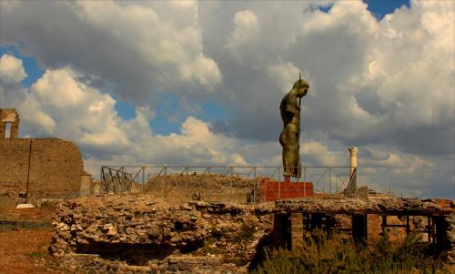 """Włochy, Pompeje, Igor Mitoraj - """"Dedal"""" 2010 r."""