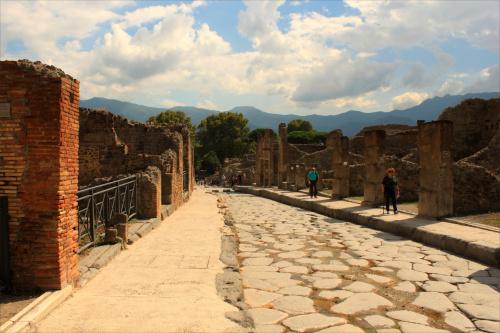 Pompeje powstały na stoku wzniesienia utworzonego przez prehistoryczną lawę. Położone były na wysokości 40 m n.p.m. nad rzeką Sarnus (obecnie Sarno).