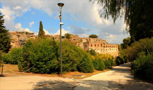 Pompeje, dawniej Pompeja (łac. Pompeii, wł. Pompei) – miasto w regionie dzisiejszej Kampanii we Włoszech zniszczone w czasach cesarstwa rzymskiego przez erupcję wulkanu Wezuwiusz w dniu 24 sierpnia 79 roku.