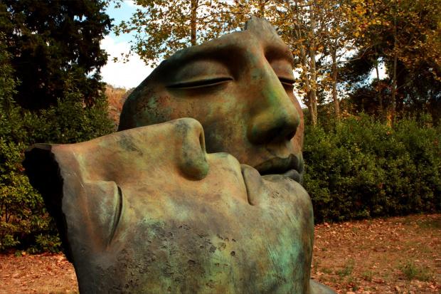 """Włochy, Pompeje, Igor Mitoraj - """"Bracia"""" - 2010 r. """"Hermanos"""", to grupa dwóch bliźniaczo podobnych głów. Jedna leży na wznak z zamkniętymi oczami, druga wspiera o nią policzek (pogrążony w żałobie brat ?)."""