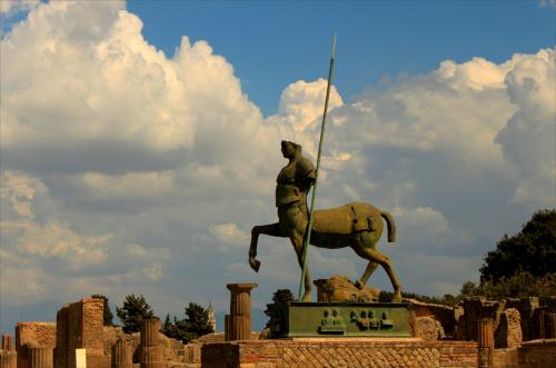"""Włochy, Pompeje, Igor Mitoraj - """"Centaur"""",("""" Centauro"""") 1994 r."""