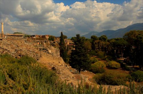 Popiół wulkaniczny, który zasypał Pompeje, utrwalił budowle, przedmioty oraz niektóre ciała ludzi i zwierząt, co współcześnie umożliwia obejrzenie wyglądu starożytnego rzymskiego miasta średniej wielkości i jego mieszkańców.