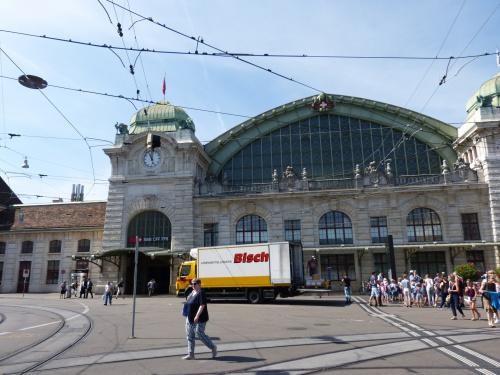 Trudno zrobić zdjęcie kiedy po piętach jeżdżą tramwaje.Fragment dworca w Basel