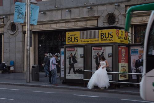 W oczekiwaniu na autobus ...lub gdy brak pomysłu na ciekawszą sesję ślubną :))