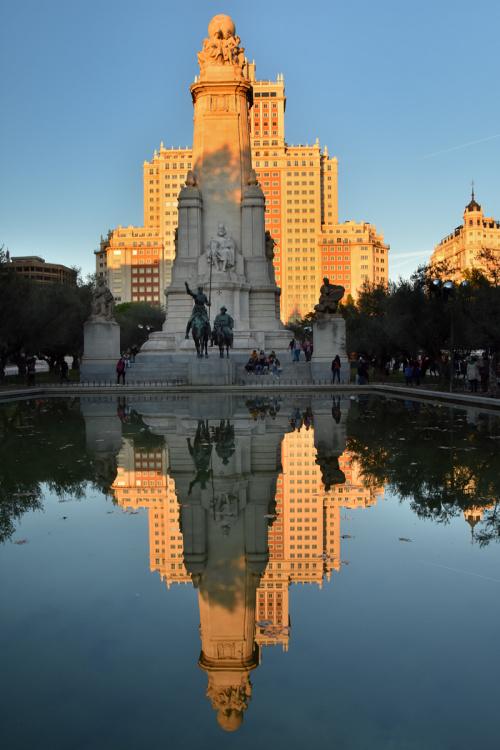 Plac Hiszpański w Madrycie z pomnikiem Cerwantesa - w dzień