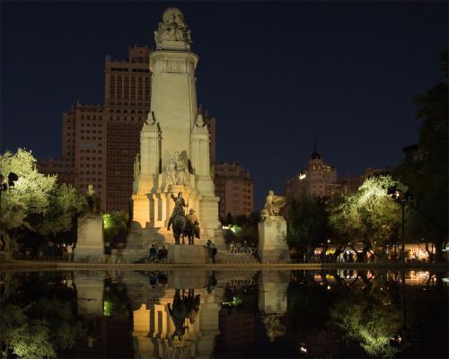 Plac Hiszpański w Madrycie z pomnikiem Cerwantesa - w nocy