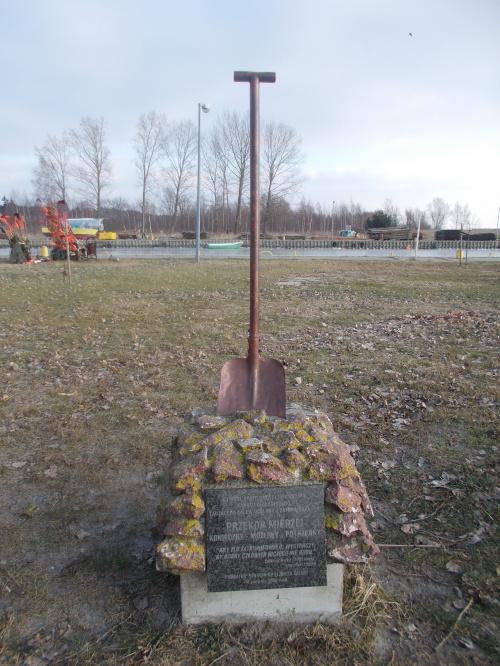 Pomnik z przekopem w tle
