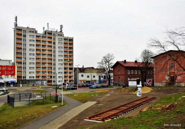 cokół - pomnik - tu stanie stara lokomotywa jako upamiętnenie kolejowych korzeni miasta ...