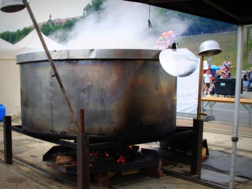 W tym ogromnym garnku gotuje się 2,5 tys. litrów zupy brandenburskiej - (ziemniaczanej) na poczęstunek dla wszystkich gości na Wałach Chrobrego.