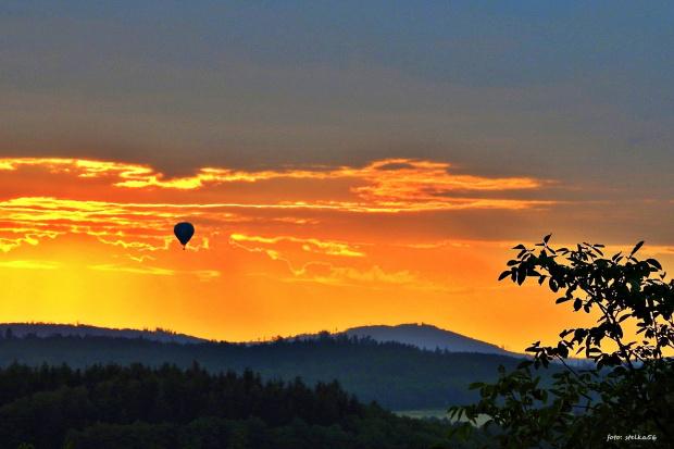 malowniczy zachód z balonem w tle ...