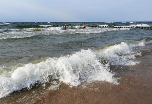 Przy takiej fali lepiej nie wchodzić do wody. Wszyscy chyba słyszeli o strasznej tragedii jak rozegrała się w Darłówku kilka dni temu...?