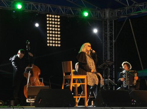 Pani Magda śpiewała na siedząco, bo jak sama rzekła - głos ma młody ale nogi stare ;-) Jej głos rzeczywiście fascynuje i urzeka jak zawsze.. https://www.youtube.com/watch?v=YH75IuGi-N4