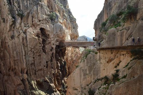 Szlak pieszy ciągnący się wzdłuż stromych ścian wapiennego wąwozu w parku narodowym Desfiladero de los Gaitanes, nieopodal miejscowości El Chorro, w hiszpańskiej prowincji Málaga.