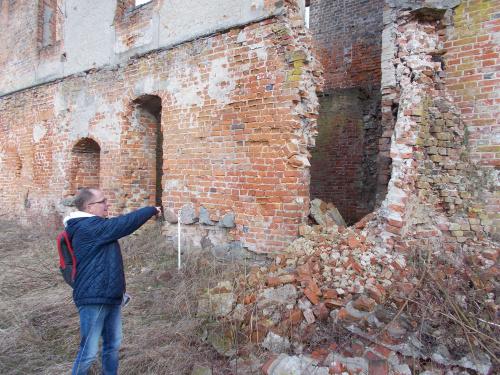 Szymbark-ruina gotyckiego zamku kapituły pomezańskiej z szansami na odbudowę. Destrukcja postępuje nieubłaganie.