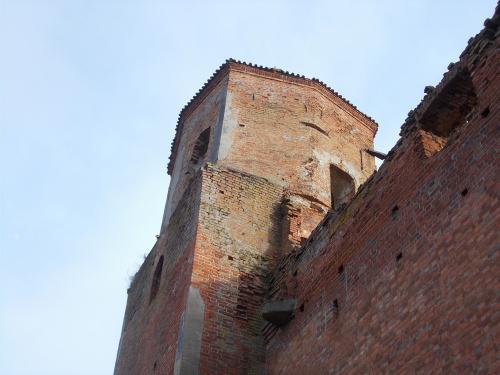 Szymbark-ruina gotyckiego zamku kapituły pomezańskiej z szansami na odbudowę. Z muru wystaje ,,kamień prawdy''.