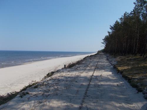 Kilometr za Przebrnem zaczyna się najpiękniejszy odcinek ścieżki. Promenada nad plażą. Cudo! Tu też zawracam, bo piachu jest już za dużo. To jeszcze plac budowy.