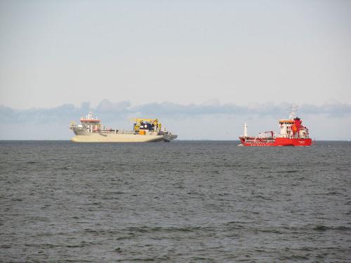 Statek stojący na redzie w Zatoce Gdańskiej