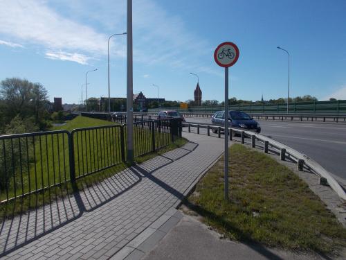 Rowerem jedziemy po drugiej stronie mostu
