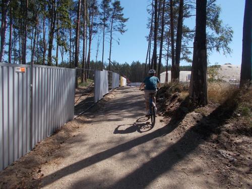Na terenie budowy powstał wydzielony pas dla rowerów i pieszych. Nie trzeba zbyt długo jechać zatłoczoną DW 501.