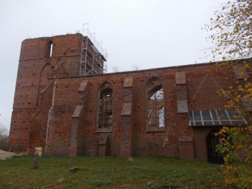 Fiszewo-prace nad wzmocnieniem XIV-wiecznych murów kościoła