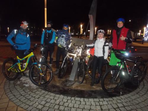 Przed godziną 20 jesteśmy w punkcie wyjazdu. Wszyscy ukończyli założony dystans 200 km. Karol, Łukasz, Robert, Sylwia, Andrzej, no i ja.