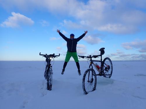Ma dwa rowery to i się cieszy :-)