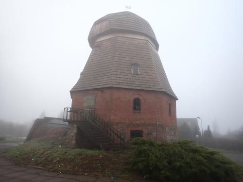 Częściowo odrestaurowany wiatrak-holender z 1810 r w Bęsi.