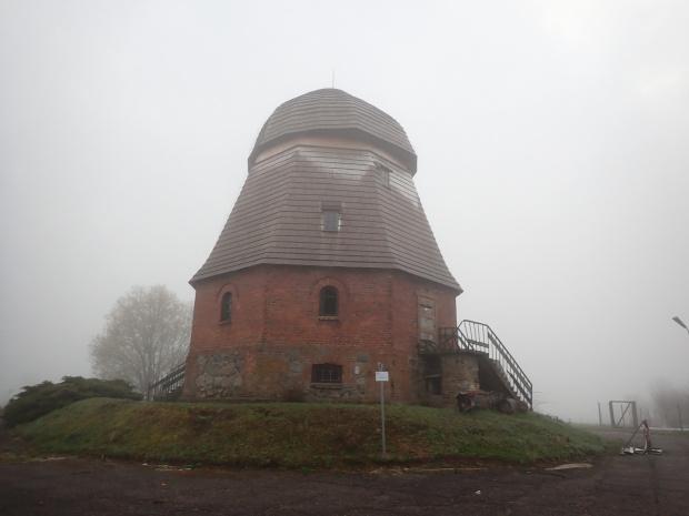 A oto i on. Częściowo odrestaurowany wiatrak-holender z 1810 r w Bęsi