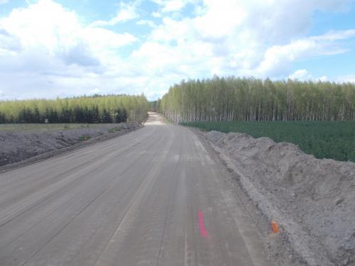 Wkrótce asfalt na drodze Kwietniewo-Święty Gaj. Pasy na drodze gruntowej to ciekawa koncepcja ;-)
