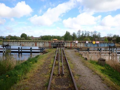 Most jest obrócony w pozycji dla swobodnej żeglugi Szkarpawą