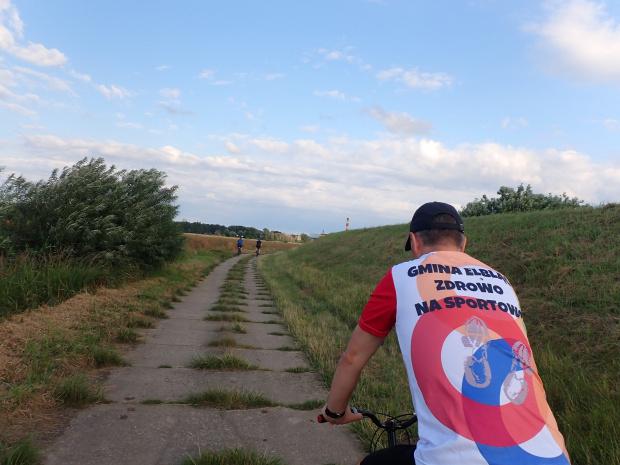 Jerzy w koszulce sponsora lodów dla rowerzystów, Gminy Elbląg