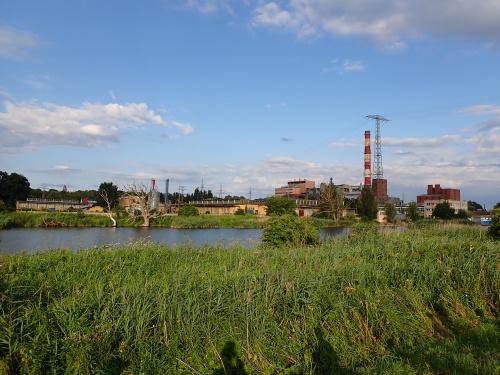 Elektrociepłownia Elbląg z drugiej strony rzeki Elbląg