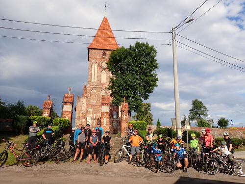 Grupa pod gotyckim kościołem w Przezmarku