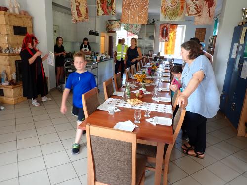 Najmłodszy uczestnik raźno maszeruje do stołu :-)