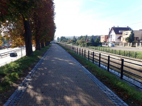 A to już ciąg pieszo-rowerowy przy Kanale Raduni