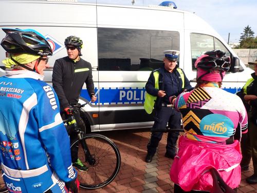 Policjanci przybyli z odblaskami dla nas
